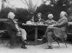 V.l.n.r.: Edvard Grieg, Percy Grainger, Nina Grieg en Julius Röntgen, Troldhaugen, 1907.